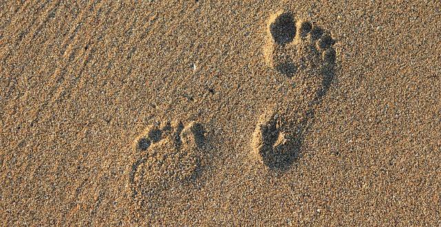 otisk chodidel v písku