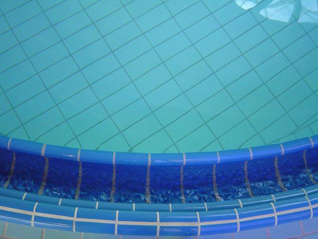 fotografie čistého bazénu