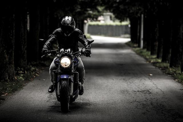 motorkář na svém stroji.jpg