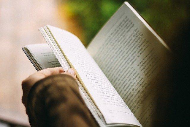 osoba listující knihou.jpg
