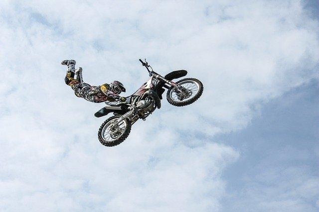 kaskadér na motorce