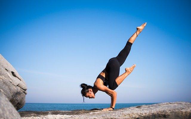 Žena cvičící Ásanu