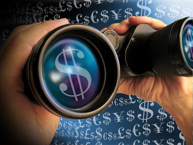 hledáček s penězi v modrém světle