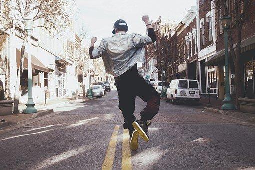 muž vyskakuje
